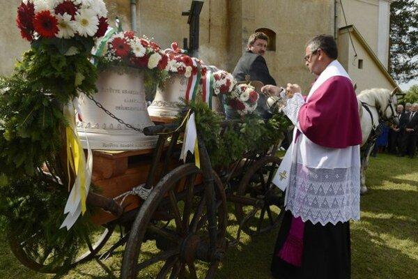 Zvony posvätil na nádvorí Kostola Všetkých svätých tamojší farár István Vadkerti.