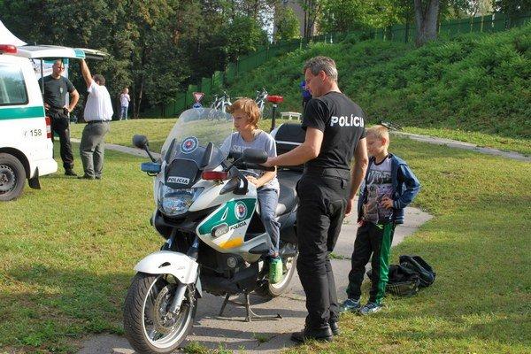 Policajná motorka. Deťom sa ukážky vozidiel páčili.