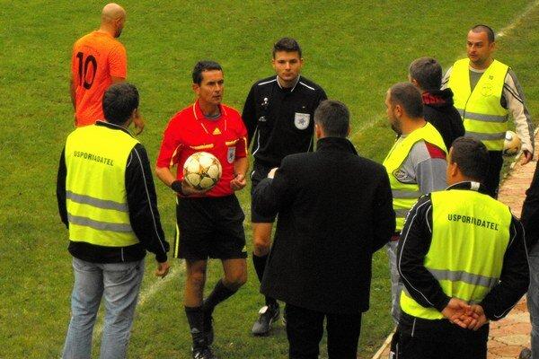 Gól. Hlavný arbiter na pokyn asistenta bez váhania ukázal na stred a prvý gól domácich uznal.