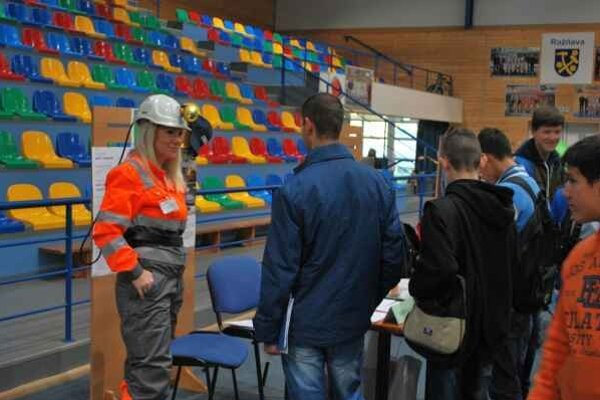 Burza práce v Rožňave. O možnosti zamestnania sa prišli informovať stovky ľudí.