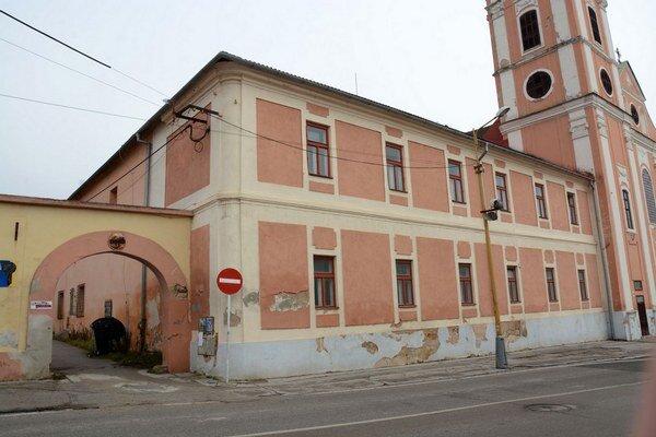 Bývalý františkánsky kláštor. O budovu majú záujem dva subjekty.