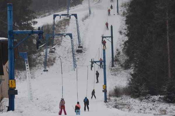 Mlynky. V Slovenskom raji sa už lyžuje naplno.