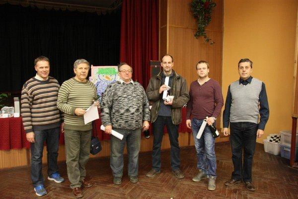 Po turnaji. Organizátori aocenení, zľava riaditeľ turnaja M. Ciberaj, hlavný rozhodca L. Polgári, tretí J. Rogos, víťaz T. Ligárt, druhý R. Szaszák astarosta Betliara L. Zatroch.