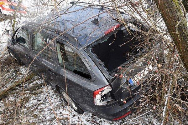 Nezvládol riadenie. Auto skončilo medzi stromami.