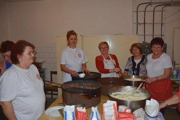 Varenie strapačiek. Tie najlepšie strapačky večera pripravovali seniori z Jednoty dôchodcov.