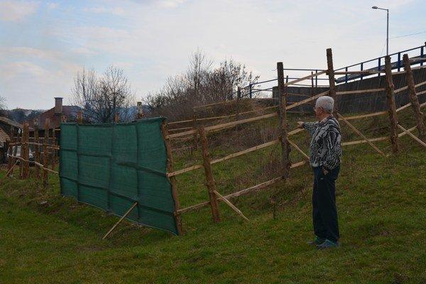 Capákova ohrada. Ohrada pre dobytok vedľa domu pána Jánoša sa má nachádzať vochrannej zóne, kde sa nemôže nič stavať. Poslanec si ju tu mal postaviť 15. 12. 2015.