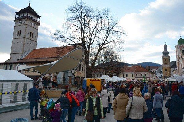 Trhy v Rožňave. V severnej časti Námestia baníkov vystúpili folkloristi.