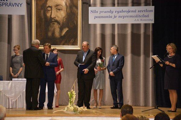 Odovzdávanie cien. Ocenenia dostali učitelia od predsedu KSK Zdenka Trebuľu.