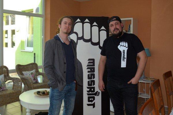 Massriot na tlačovej besede kalbumu. Basák Gabriel Angel Lynne(vľavo) aspevák Róbert Šimko.