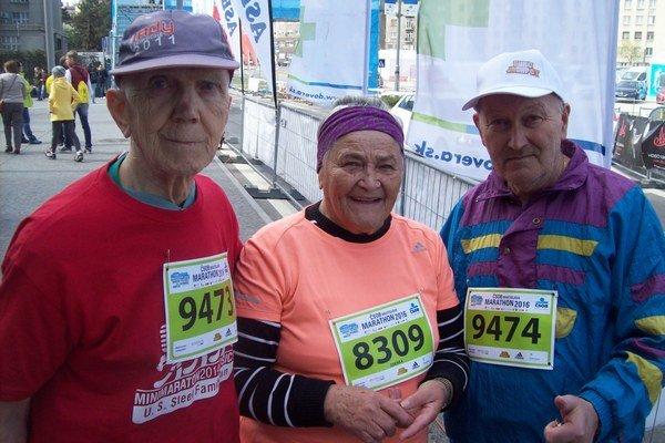 Najstarší pretekári. Trojica najstarších pretekárov na tohtoročnom  bratislavskom maratóne. Zľava J. Komáromi (85), Z. Jirásková (82) aO. Pozmán (69).