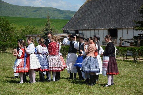 Folklórne vystúpenia. Návštevníkom sa predstavili folkloristi zokolia.