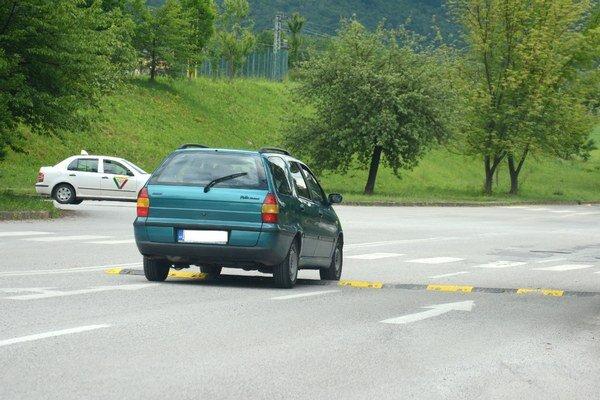 Spomaľovač pred križovatkou. Poniektorí vodiči retardér obchádzajú, riskujú pokuty.