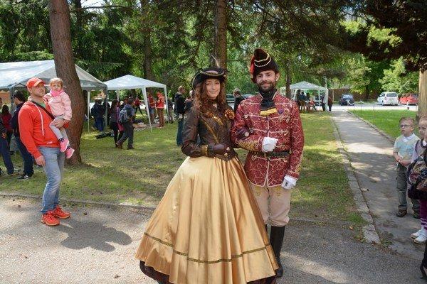 Gróf a jeho dáma. Hostí vítali historické figuríny z19. storočia.