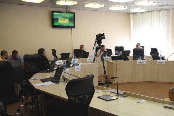 Opustená rokovacia sála. Zasadnutie mestského zastupiteľstva netrvalo ani dva hodiny.