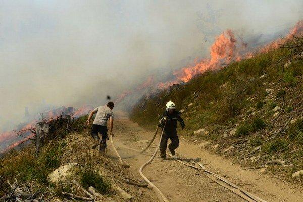 Hasiči zvádzajú ťažký boj s plameňmi v čase extrémnych horúčav.