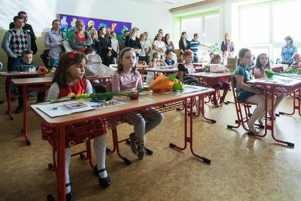 Prváci a ich prvý deň v škole.