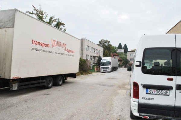 Colný úrad. Priestor pred úradom často blokujú kamióny.