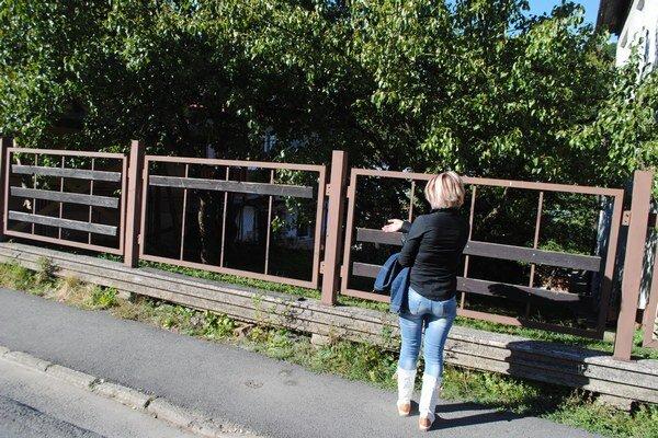 Pani Silvia. Zlodeji kradnú u nich hrušky, zničili im aj plot.