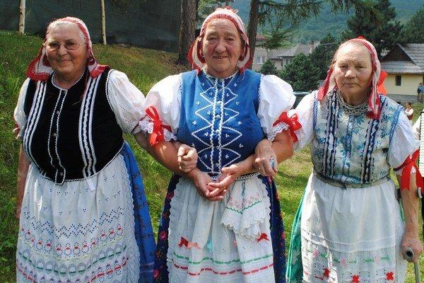 M. Lešková (v strede) patrí medzi najstaršie členky súboru Stromíš.
