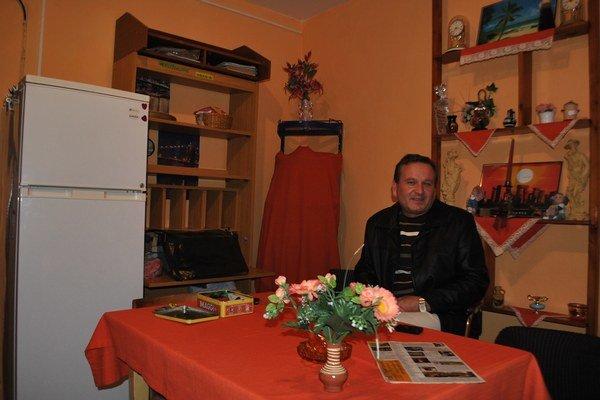 J. Sokoľ. Rožňavčanovi susedia za jeho prácu pri zlepšení bývania dali ďakovný list.