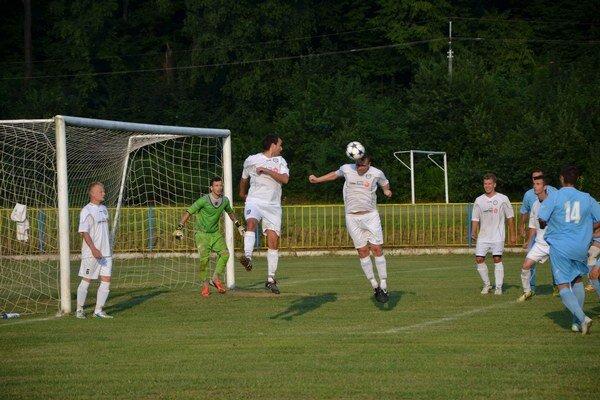 Prvý bod. V Rožňave Medzev ubránil víťazstvo 1:0, doma sa už musel o body deliť.