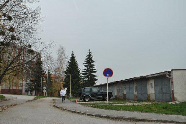 Zákaz státia pred garážami na Slnečnej ulici. Značka vzbudzuje polemiku. Niektorým zjavne prekáža, spodná časť značky je skrivená.