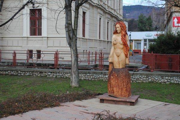 Sklenená pani je zaujímavou ozdobou centra Dobšinej.