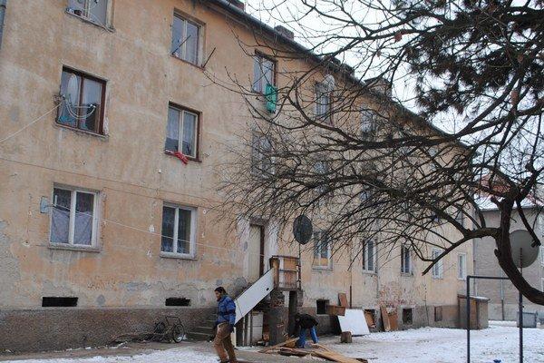 Rómska ubytovňa je tŕňom v oku bývajúcich v susedných bytovkách.