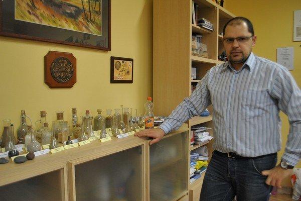 Zberateľ. Najnovšie jeho zbierku rozšíril piesok z Costa Ricy.