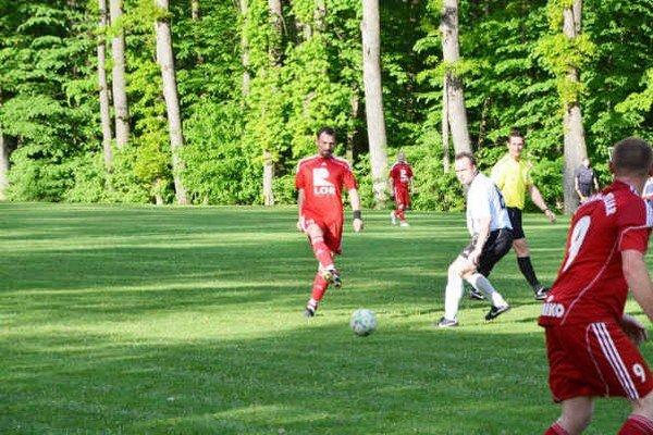 Hrajúci tréner. V. Vávra často pomáha hráčom na ihrisku.