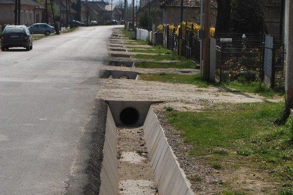 Kanalizácia v Nadabule. Pred rodinnými domami sú už postavené kanalizačné zvody.