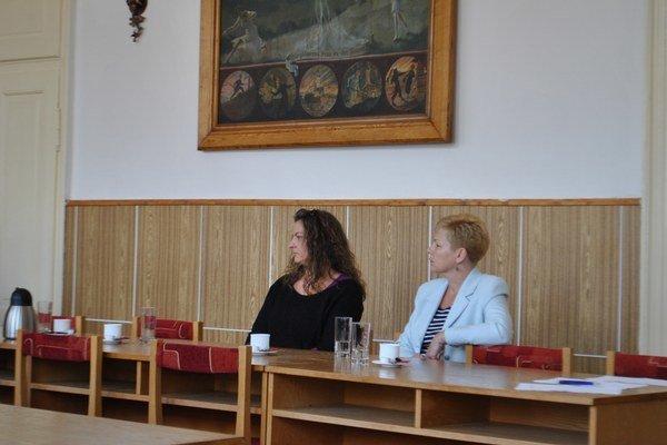 Súčasná i niekdajšia kontrolórka mesta. E. Pamulová (vľavo) a E. Mihóková (vpravo) čakajúce na verdikt druhého kola.