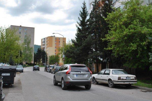 Sídlisko Juh. Tu je podľa poslanca C. Motyku situácia s parkovaním najhoršia.