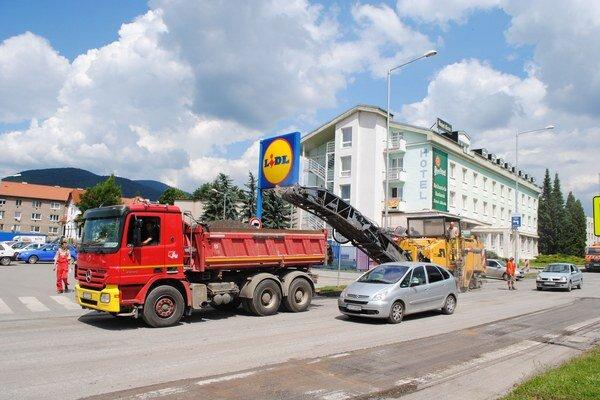 Cesta na Šafárikovej ulici. Premávka pokračuje aj počas opráv.