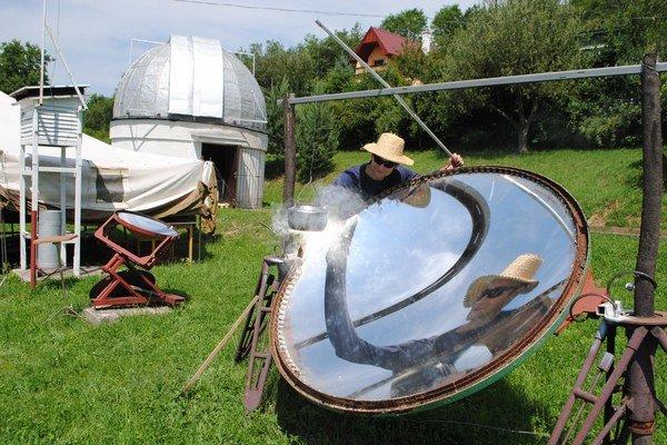 """Amatérsky astronóm J. Lörinčík. Pri """"varení"""" atypického solárneho čaju na väčšej peci."""