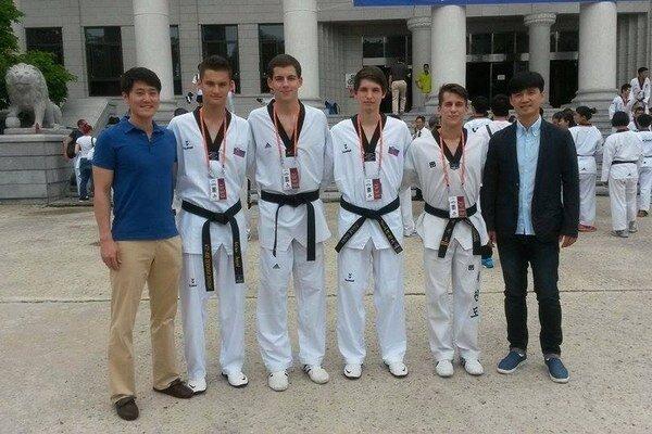 V Kórei. Adrián Angyal (druhý zľava) spolu s ostatnými účastníkmi tréningového programu.