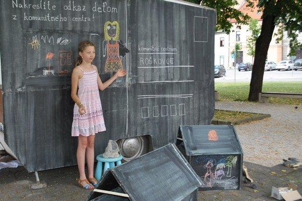 Bianka v pozdrave nakreslila samú seba, ako máva deťom.