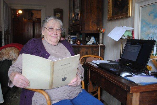 Seniorka E. Gömöryová. Pri štúdiu buleenerčiny využíva aj počítač.