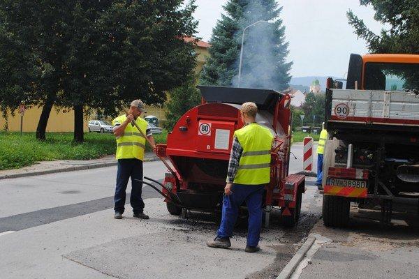 Recyklátor pri oprave výtlkov na Špitálskej ulici.