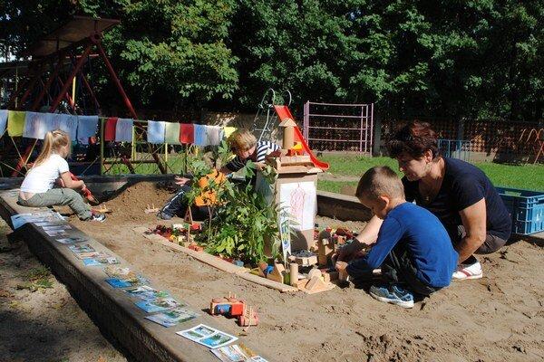 Malí majstri vybudovali námestie na pieskovisku.