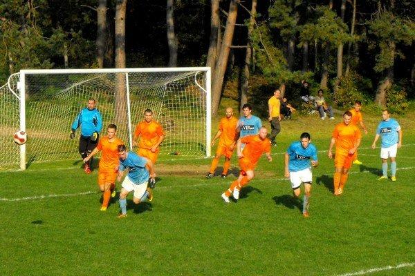 Derby prinieslo góly, penalty i vylúčenie.