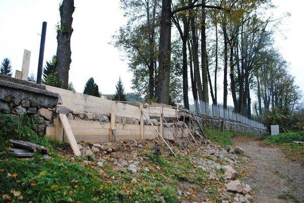 Evanjelický cintorín. Časť zbúraného múra opravili.