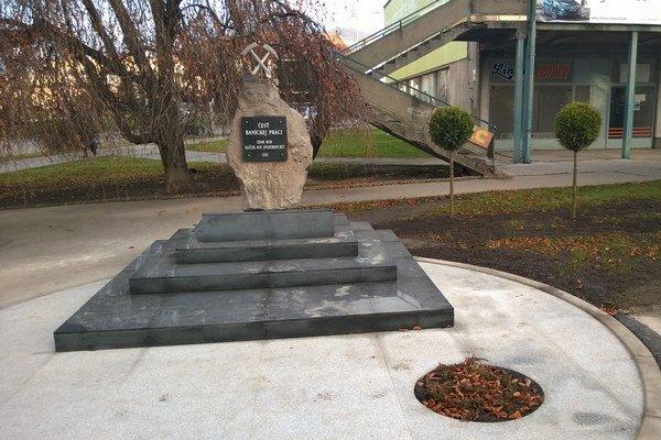 Pamätník pripomína tradíciu banskej činnosti.
