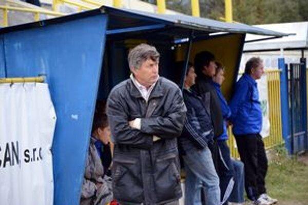 Obavy. Tréner SP MFK Rožňava Štefan Kossuth sa na predohrávku pozerá s obavami.