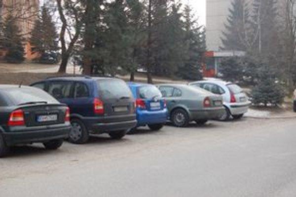 Odstavené autá. Zaberajú parkovacie miesta.