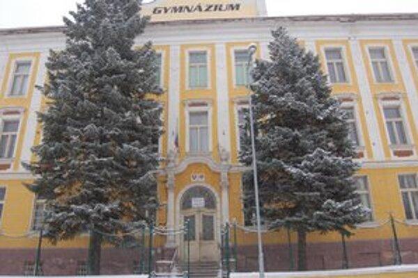 Gymnázium v Rožňave. Jeho žiaci majú od nasledujúceho týždňa chrípkové prázdniny.