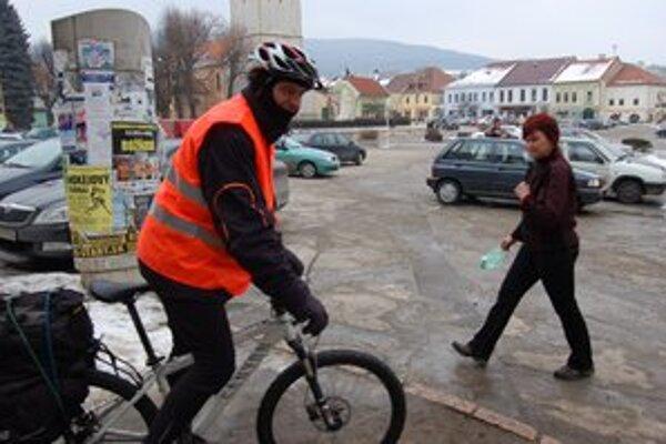 Alan Bujdák cestuje na bicykli okolo Slovenska.