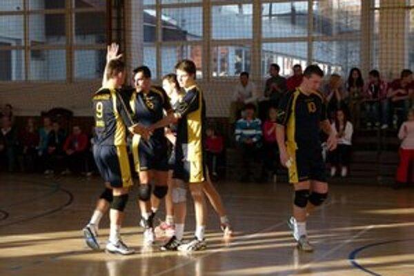 Domáce víťazstvá. Volejbalisti AVK Magnezit pokračovali v play–off domácimi víťazstvami.