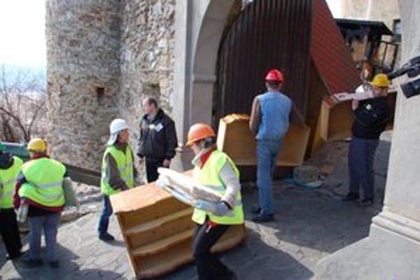 Všetky zbierky sa v piatok z hradu odviezli do bezpečia.