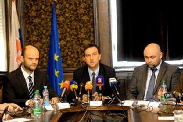 Zľava člen predstavenstva poisťovne Generali Slovensko Jozef Tanzer, minister kultúry SR Daniel Krajcer a generálny riaditeľ Slovenského národného múzea Rastislav Púdelka.
